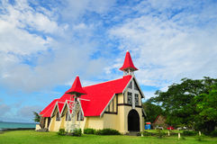 Kerk door het overzees stock afbeeldingen
