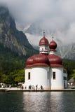Kerk door Konigsee, Duitsland Royalty-vrije Stock Afbeeldingen