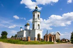 Kerk in dorp, Rusland Stock Afbeelding