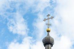 Kerk dwars dichte omhooggaand tegen een blauwe hemel Het concept de Orthodoxe godsdienst en het Christendom royalty-vrije stock foto's