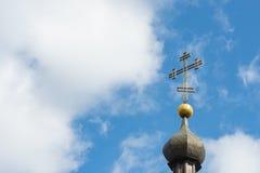 Kerk dwars dichte omhooggaand tegen een blauwe hemel Het concept de Orthodoxe godsdienst en het Christendom royalty-vrije stock foto