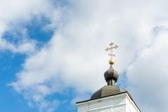 Kerk dwars dichte omhooggaand tegen een blauwe hemel Het concept de Orthodoxe godsdienst en het Christendom royalty-vrije stock afbeeldingen