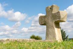 Kerk dwars dichte omhooggaand tegen een blauwe hemel Het concept de Orthodoxe godsdienst en het Christendom stock afbeelding