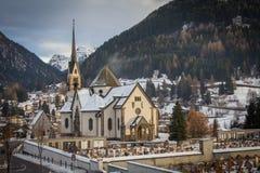 Kerk en begraafplaats stock fotografie