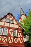 Kerk en Betimmerd huis in het dorp van het gebied van de de valleiwijn van traben-Trarbach - van Moezel in Duitsland royalty-vrije stock foto
