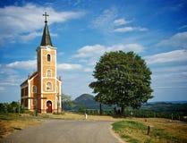 Kerk en boom Stock Afbeeldingen