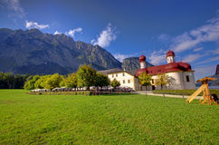 Kerk en de berg van Alpen stock afbeelding