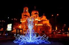 Kerk en de decoratie van de Kerstmisstraat Royalty-vrije Stock Afbeeldingen