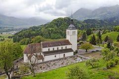 Kerk en de kleine begraafplaats in Gruyeres stock afbeeldingen