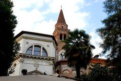 Kerk en de witte bouw met klokketoren en palm in Vicenza in Veneto (Italië) stock foto