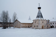 Kerk en eetzaal met sneeuw in Klooster kirillo-Belozersky in Rusland wordt behandeld dat stock afbeeldingen