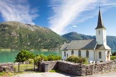 Kerk en fjorden in Noorwegen Stock Foto