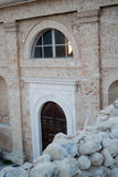 Kerk en gebouwen door de aardbeving wordt vernietigd die Royalty-vrije Stock Afbeelding