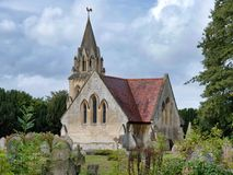 Kerk en kerkhof stock afbeelding
