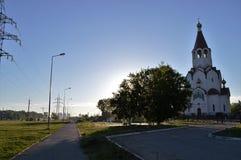 Kerk en lege straat in de ochtend Stock Foto