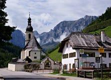 Kerk en oud huis in \ Ramsau \ Stock Afbeeldingen