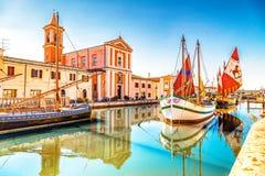 Kerk en oude zeilboten op Kanaalhaven Royalty-vrije Stock Foto
