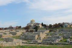 Kerk en overblijfselen van de oude stad, de Krim Royalty-vrije Stock Afbeeldingen