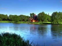 Kerk en rivier Stock Foto