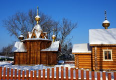 Kerk en schol in Russisch dorp Stock Fotografie