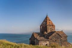 Kerk en Sevan-meer in Armenië Stock Afbeelding