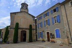 Kerk en stadhuis in Joucas Stock Afbeelding