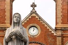 Kerk en standbeeld Stock Foto