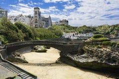 Kerk en strand van Biarritz, Frankrijk Stock Foto's
