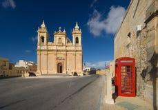 Kerk en Telefooncel, Malta royalty-vrije stock afbeeldingen