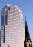 Kerk en Wolkenkrabber Stock Foto's
