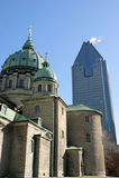 Kerk en Wolkenkrabber van Montreal Royalty-vrije Stock Afbeeldingen