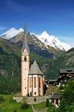 Kerk in Heilingenblut, Oostenrijk, met Grossglockn stock foto's