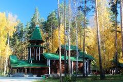 Kerk in het de herfstbos Royalty-vrije Stock Afbeeldingen
