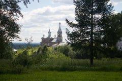 Kerk in het midden van de bomen royalty-vrije stock foto's