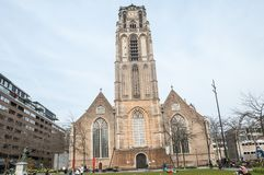 Kerk in het midden van de stad stock afbeelding