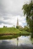 Kerk in het park en het meer Stock Afbeeldingen