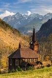Kerk in Jaworzyna Tatrzanska in Slowakije in de herfstlandschap Stock Afbeelding