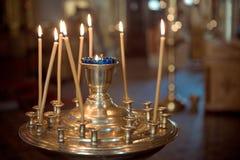 Kerk Kaarsen Aangestoken kaarsen in de kerk, close-up, gebed, voor het behoud van de ziel, voor gezondheid, vreugde, geluk royalty-vrije stock foto