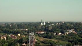 Kerk in kleine stad in Oeralgebergte op achtergrond van spoorweg en rivier stock footage