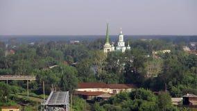 Kerk in kleine stad in Oeralgebergte op achtergrond van spoorweg en rivier stock videobeelden
