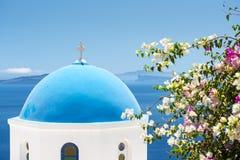 Kerk met Blauwe Koepel in Santorini, Griekenland Stock Afbeelding