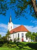 Kerk met bomen in Zerkwitz dichtbij LÃ ¼ bbenau, Duitsland stock foto's
