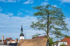 Kerk met boom en daken in LÃ ¼ bbenau, Duitsland royalty-vrije stock foto