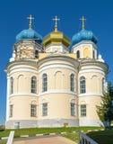 Kerk met drie blauwe en gouden koepels tegen wolkenloze hemel Royalty-vrije Stock Afbeelding