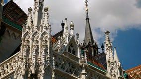 Kerk met gotische stijldetails stock video