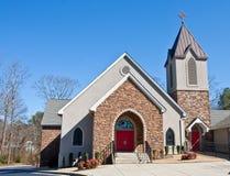 Kerk met het Gezicht van de Steen en Rode Deuren Stock Foto's