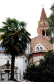 Kerk met klokketoren en palm in Vicenza in Veneto (Italië) royalty-vrije stock foto