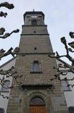 Kerk met lidmaten van een vliegtuigboom stock afbeeldingen