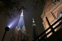 Kerk met tweeling 's nachts toren. Stock Afbeelding