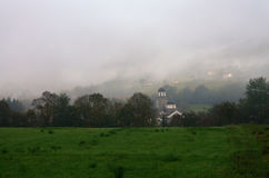 Kerk in mist dichtbij Bajina Basta, Servië Stock Fotografie